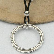Handgemaakt zilveren collier met 3 grote massieve ringen
