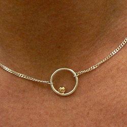 Subtiele zilveren cirkel hanger met gouden bal aan zilveren gourmet ketting
