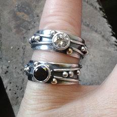 Zilveren ring met gouden bolletje handgemaakt in eigen atelier Flower Power