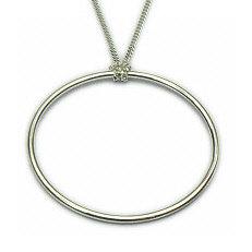 Grote massieve zilveren cirkel hanger aan lange ketting