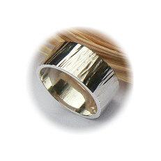 Zilveren ring gehamerd 8 mm breed