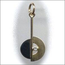 Handgemaakte gouden hanger in opdracht