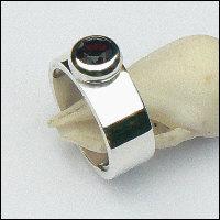 Handgemaakte zilveren ring met granaat van flamencosieraden.nl
