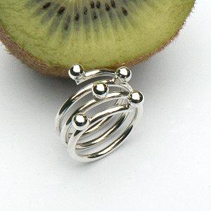 Handgemaakte zilveren design ring met ballen van flamencosieraden.nl