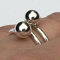 Handgemaakte zilveren ring met 2 ballen van flamencosieraden.nl