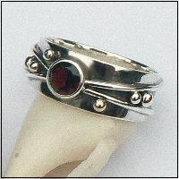 Handgemaakte zilveren ring met goud en granaat Flower Power 51156