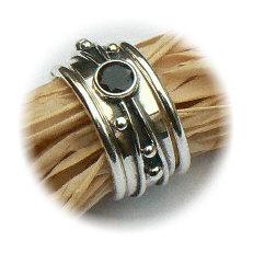 Handgemaakte zilveren ring met goud en granaat Flower Power met 2 Amigas van flamencosieraden.nl