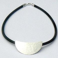 Handgemaakt zilveren halssieraad met bewerkte liggende design maanhanger