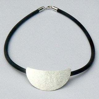 Handgemaakt zilveren halssieraad met bewerkte liggende designmaanhanger