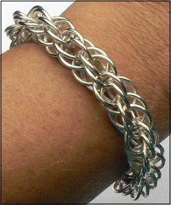 Handgemaakte zilveren armband met kapittelslot van flamencosieraden.nl