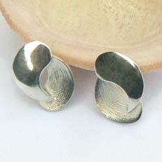 Handgemaakte zilveren oorstekers Juntos van goudsmidsatelier Flamenco