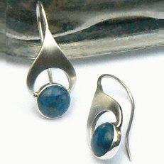 Handgemaakte zilveren oorhangers met lapis lazuli Los pendientes van flamencosieraden.nl