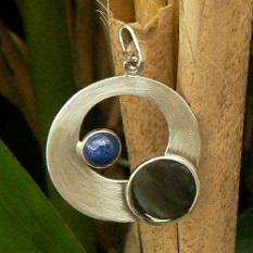 Handgemaakte zilveren cirkelhanger met lapis lazuli van flamencosieraden.nl