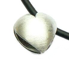 Handgemaakte zilveren hanger hart met snoer van atelier Flamenco