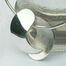 Handgemaakte zilveren hanger Juntos van goudsmidsatelier Flamenco