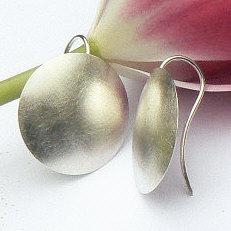 Handgemaakte zilveren oorhangers Junio van flamencosieraden.nl
