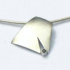 Handgemaakte zilveren hanger Claro que sí! van flamencosieraden.nl