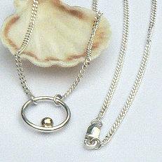 Zilveren cirkel hanger met gouden bal aan zilveren gourmet-ketting