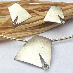 Handgemaakte zilveren hanger met oorstekers Claro que sí! van flamencosieraden.nl