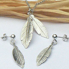 Zilveren ketting met oorstekers veren