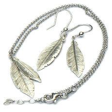 Zilveren ketting met hanger en oorhangers veren