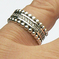 Zilveren ring met pareldraad randen en in het midden geklemde zirkonia rondom