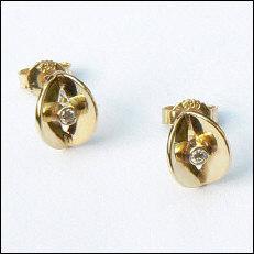 Handgemaakte gouden oorstekers met briljant