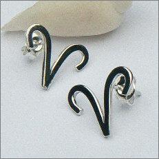 Handgemaakte zilveren oorstekers met rammen in opdracht