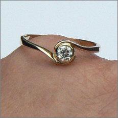 Handgemaakte vermaakte gouden ring in opdracht