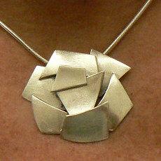 Handgemaakte zilveren hanger Ayuda van goudsmidsatelier Flamenco
