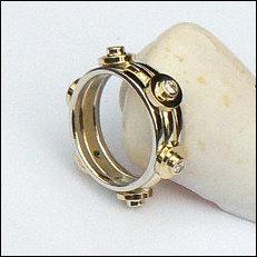 Handgemaakte gouden trouwring met briljant