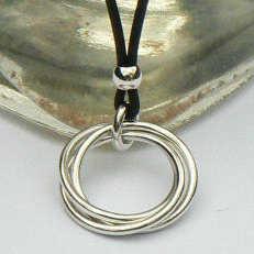 Handgemaakt zilveren collier met 3 massieve ringen