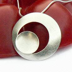 Handgemaakte zilveren cirkelhanger Tierra van flamencosieraden.nl