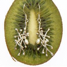 Zilveren oorhangers Abrazo met biwaparel by Flamenco