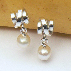 Handgemaakte zilveren oorstekers Perla bonita van flamencosieraden.nl