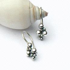 Handgemaakte zilveren oorhangers Caviar oxi by Flamenco