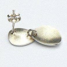 Detail handgemaakte zilveren oorstekers Tierra fuerte by Flamenco