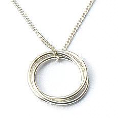Zilveren collier met 3 massief in elkaar hangende losse ringen