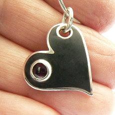 Handgemaakt zilveren hart met granaat uit eigen edelsmederij