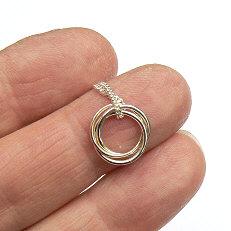 Zilveren hanger 3 ringen waarvan 1 van goud