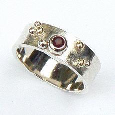 Handgemaakte zilveren ring met goud Sueño met granaat van flamencosieraden