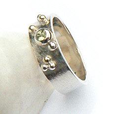 Handgemaakte zilveren ring met goud en peridoot Sueño van flamencosieraden